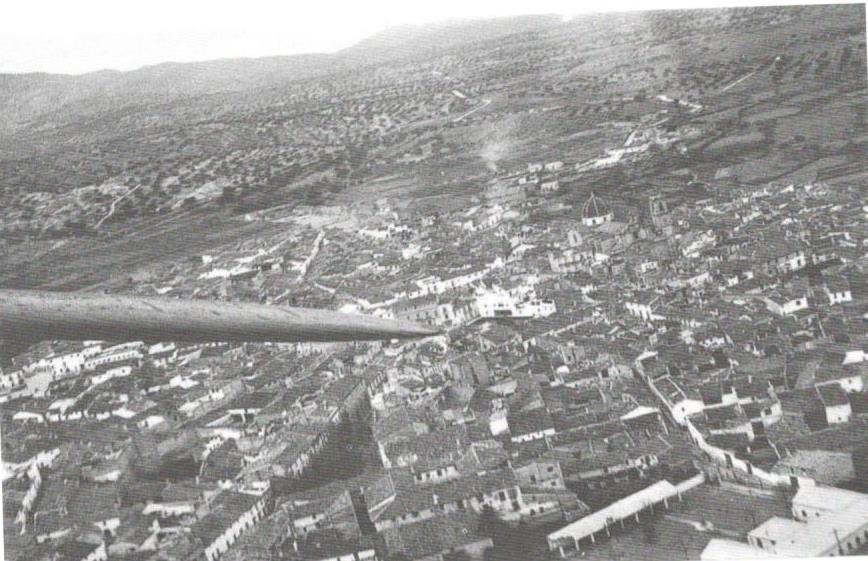 Fotografía aérea de Chiva entre 1936-38 realizada desde uno de los aviones del aeropuerto chivano de La Senyera. Extraída del libro Legión Condor sobre VAlencia. El bombardeo de Chiva 1938. Archivo Paul Nothomb