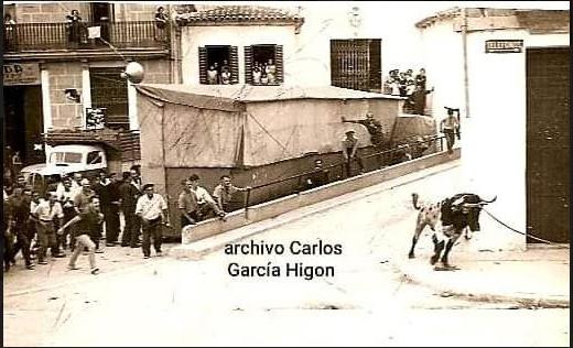 Fotografía Archivo Carlos García. El torico en Pascua. Se aprecia la tómbola que se ponía para estos festejos.