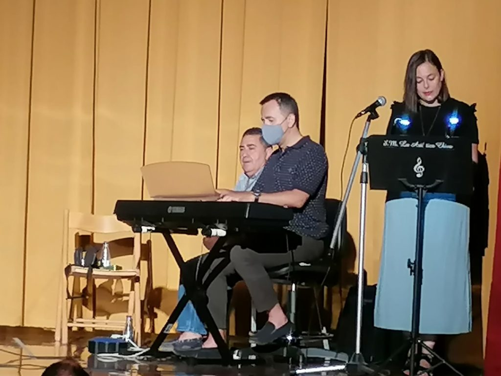 Marcial Cervera y Manuel Morales acompañando a Isabel Velert mientras recita poesía de Javier de la Cruz.