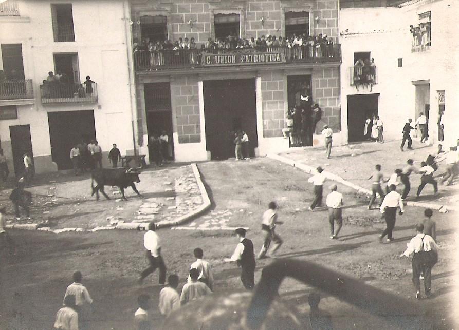 Torico en la Plaza. 1920.